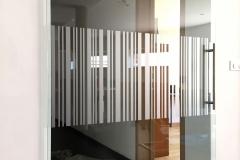 Film sablé motif code barre pour porte en verre